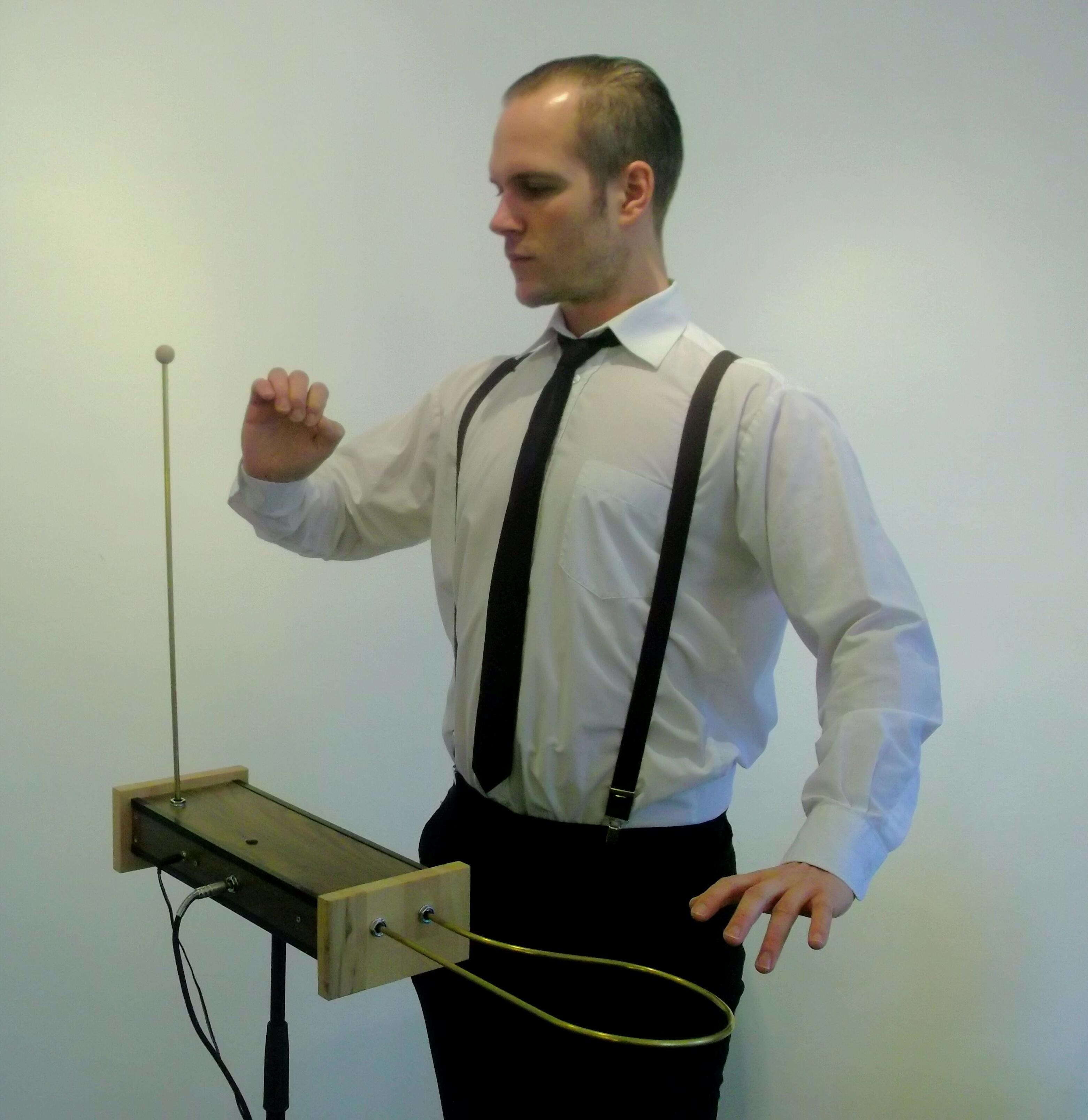 Robert_Meyer_mi_dem_Theremin_048_1_1